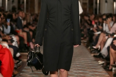 cappotto-nero-e-sandali-schiava