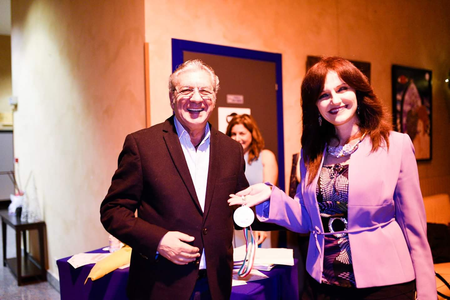 Franco Micalizzi consegna la medaglia di Storie di Donne 2016 a Roberta Gulotta