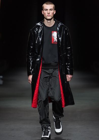 Versace Men FW 17_A-U11007977950460gE-U1100797795046wI-990x556@LaStampa.it