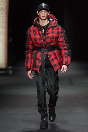 Versace Men FW 17_C-21996-U1100797795046OdC-U1100797795046CUG-990x556@LaStampa.it
