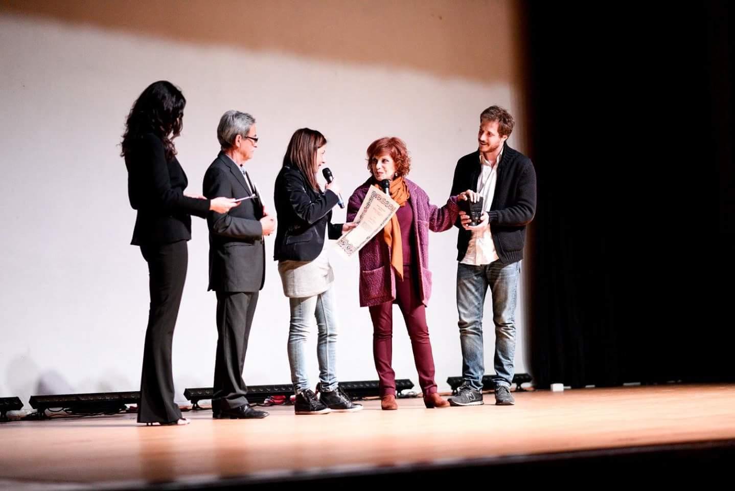 Il momento della premiazione a Simona Marchini
