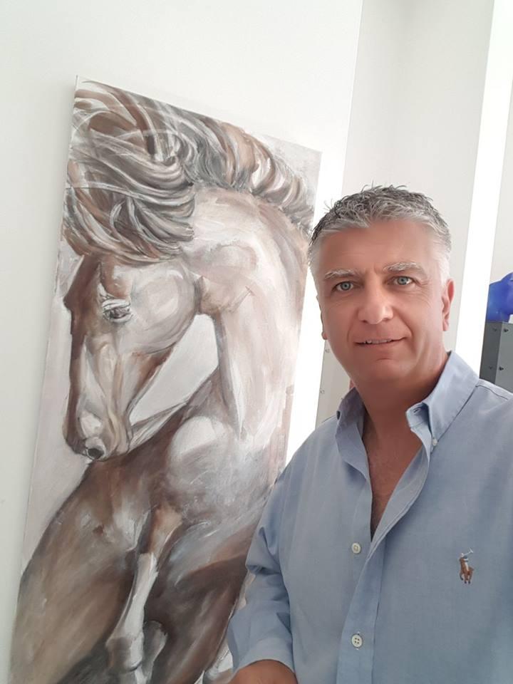 il Sindaco Massimo Mallegni davanti ad un opera Rogai