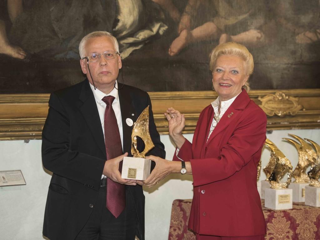 Lo scrittore Valeriu Stancu di Iasci riceve il Premio dalla scrittrice Luisa Gorlani