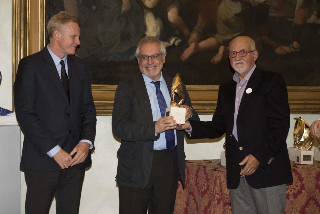 L'Addetto Culturale del Regno Unito e Direttore del British Council Dr. Paul Sellers, e lo scultore Alessanro Romano consegnano il Premio al famoso progettista di ponti Enzio Siviero, propugnatore dei grandi ponti di connessione intecontinentale e del TUNeIT