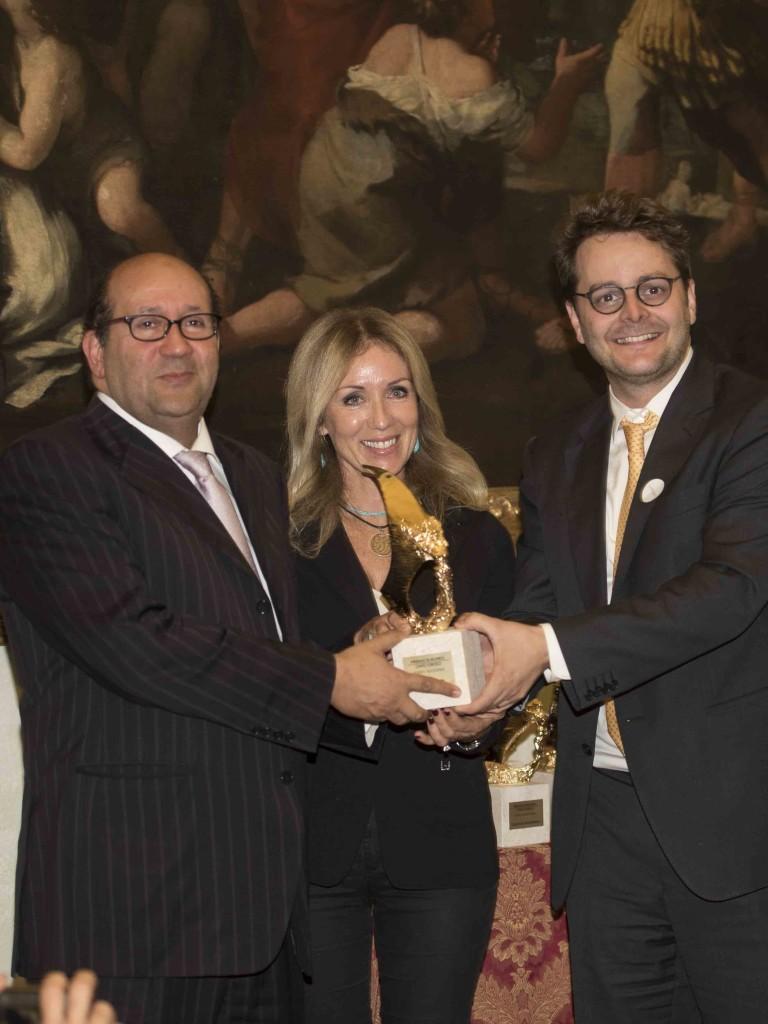 A sinistra riceve il Premio l'egittologo Zawi Hawas dalla Prof. Stefania Sofra e dal Segretario dell'Ambasciata di Spagna Dr. Juan Claudio de Ramon