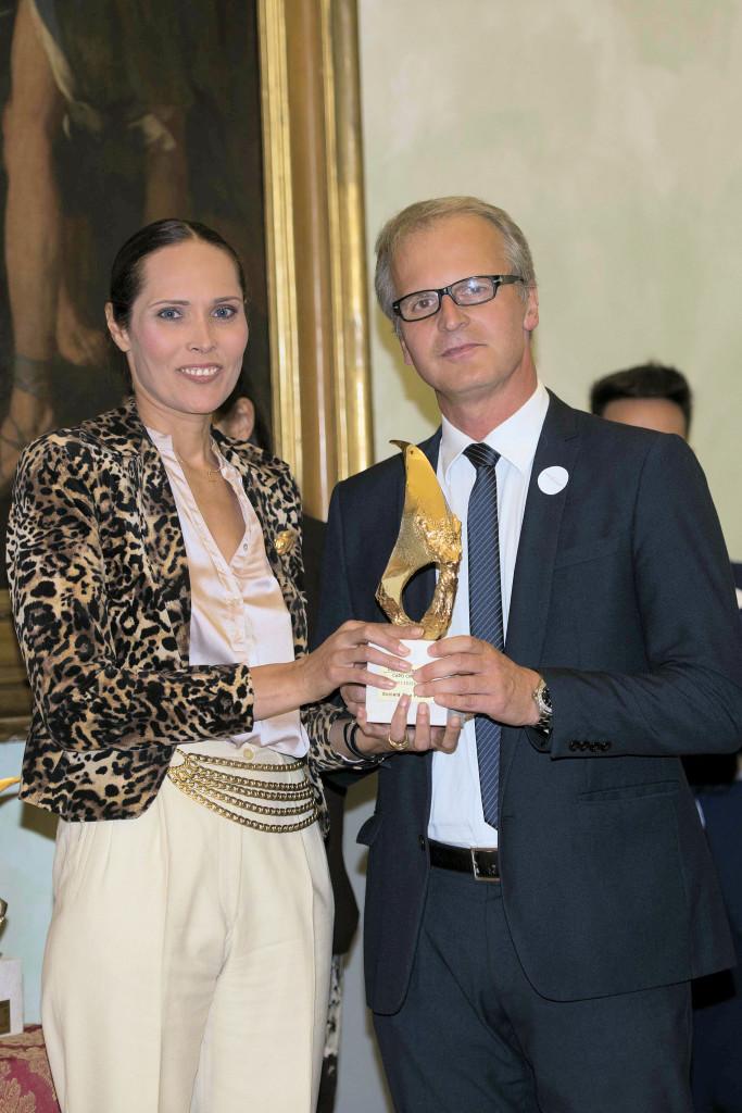 La pittrice Adriana Soares con il Dr. Renato Benedikter ritirano il Premio per il  Max-Planck Institute