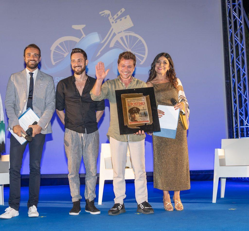 Francesco Vitale in rappresentanza di Sciotto Automobili, premia Claudio Gioè