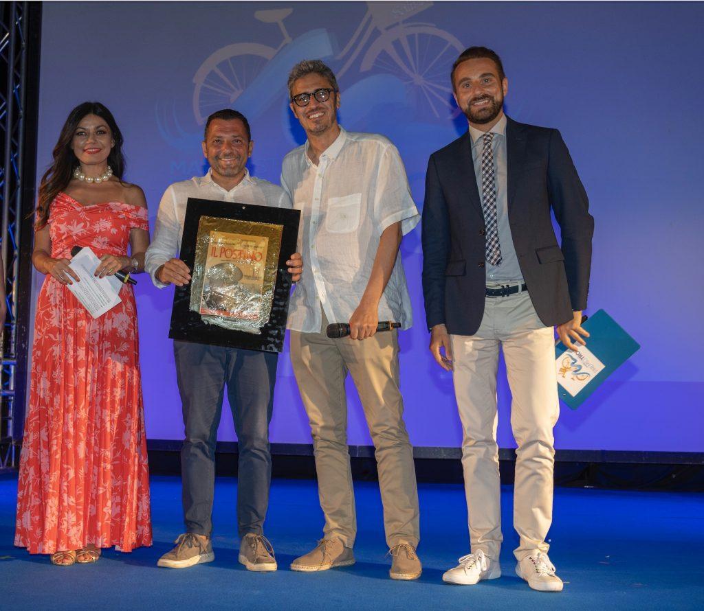 Il presidente dell'ass. Isola Verde premia Pif