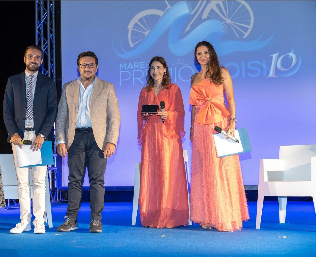 Il presidente di Confesercenti Alberto Palella premia Claudia Koll