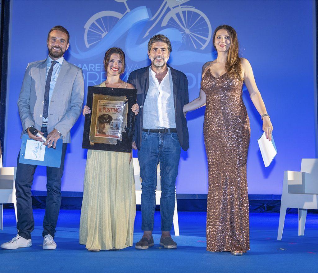 L'imprenditrice Gea Nuccio consegna il premio Troisi a Claudio Castrogiovanni