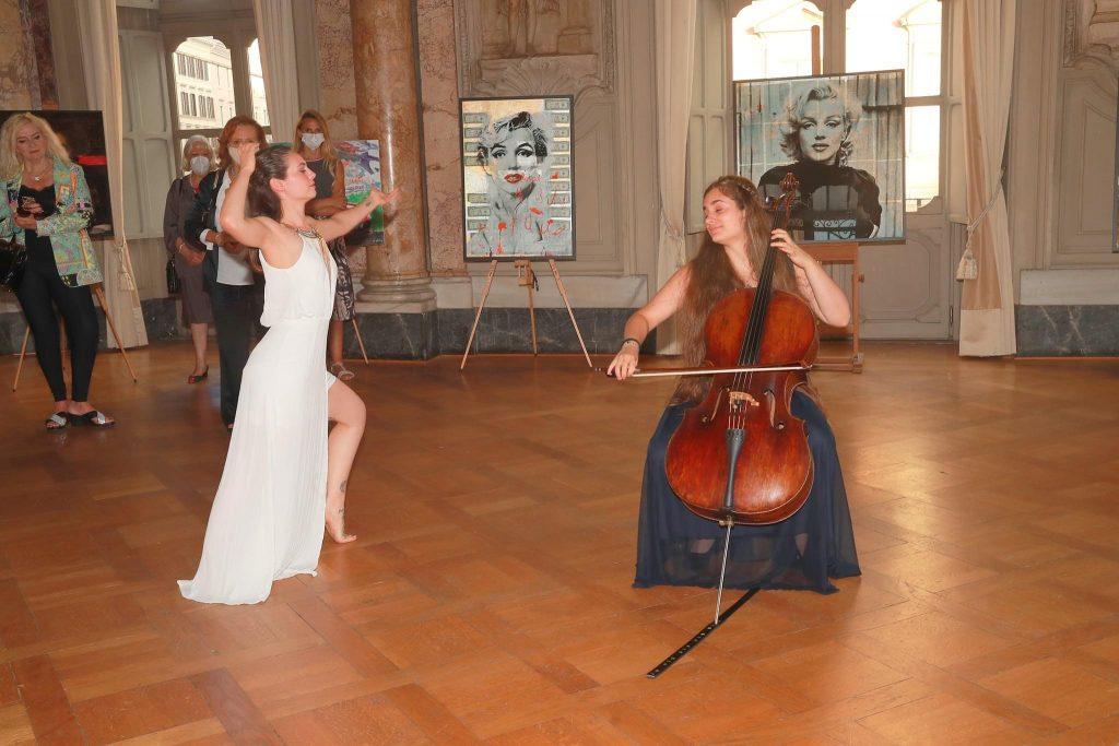 Sara Pinna performance con violoncello